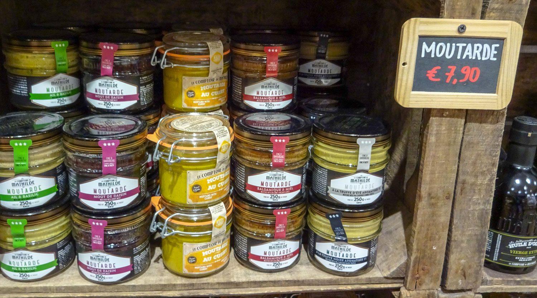 В магазинах продаются не только бельгийские конфеты, но и много видов горчицы