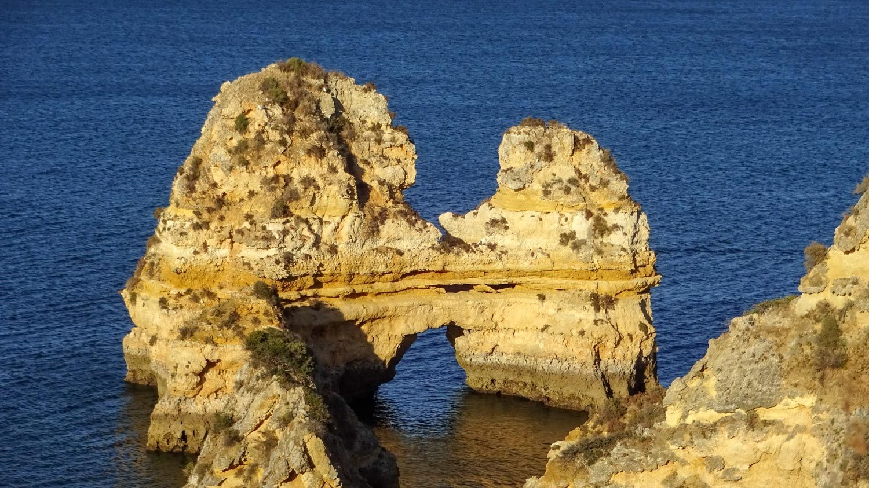 Скалы образуют закутки
