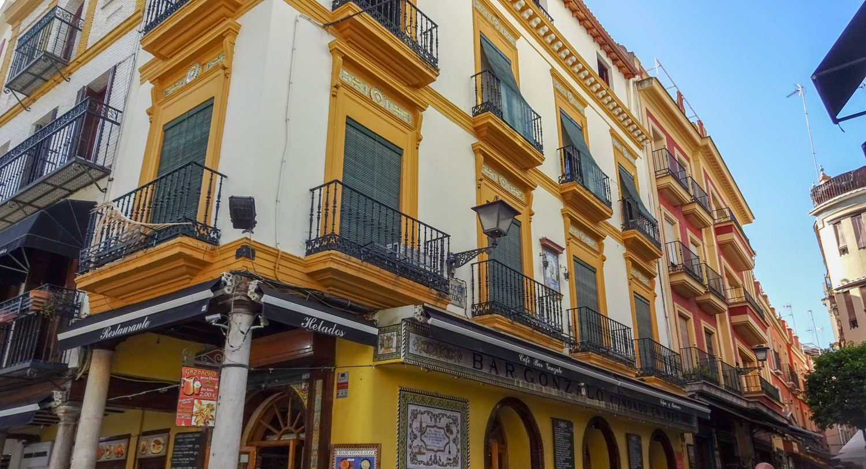 Яркие дома с балконами