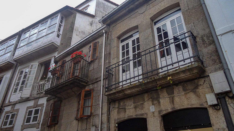 Цветы на балконе добавляют уюта городу