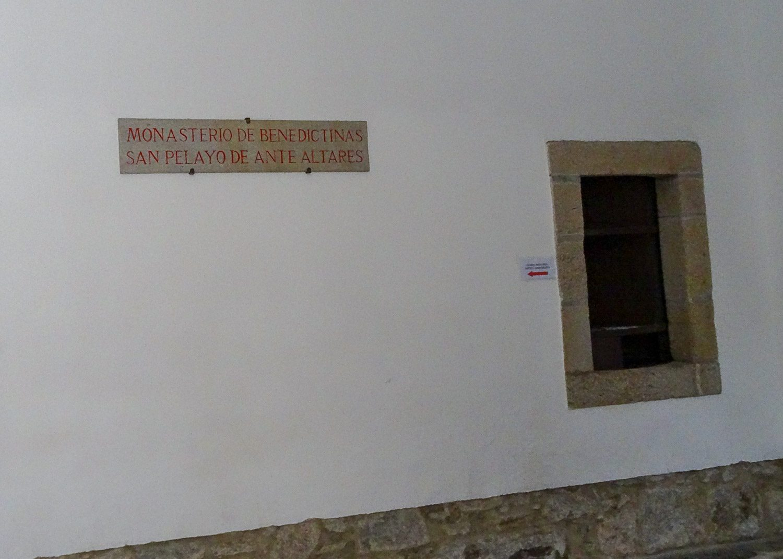 Стена и окошко бенедиктинского монастыря