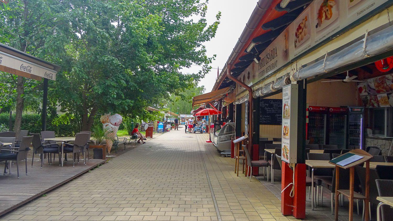 По пути к озеру - типичные курортные магазинчики и кафе