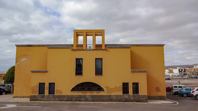 Фасад дома похож на смайлик