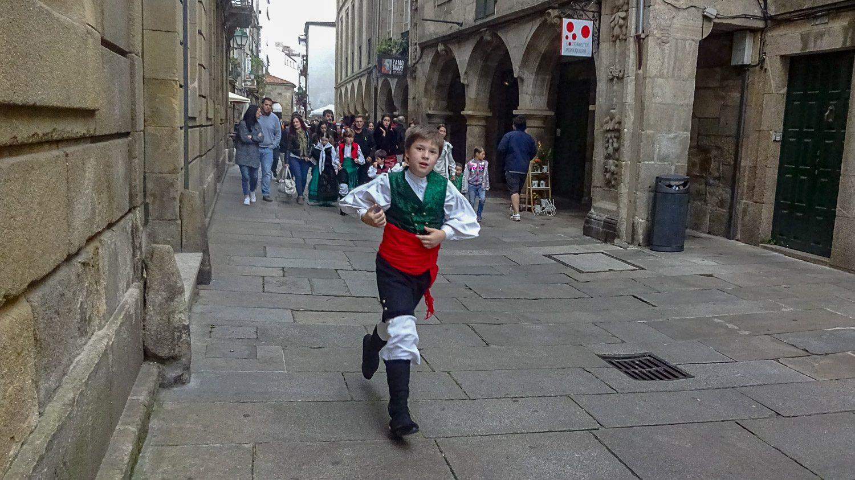 Радостные дети в костюмах