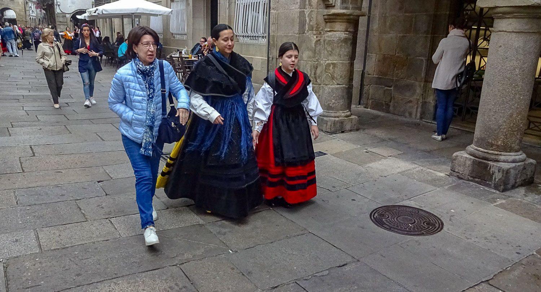 Встретили людей в национальной одежде