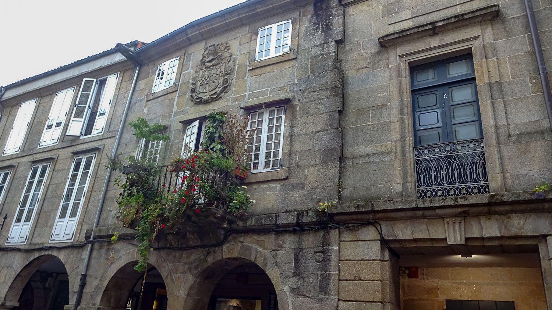 Шикарный балкон и объемный герб на стене