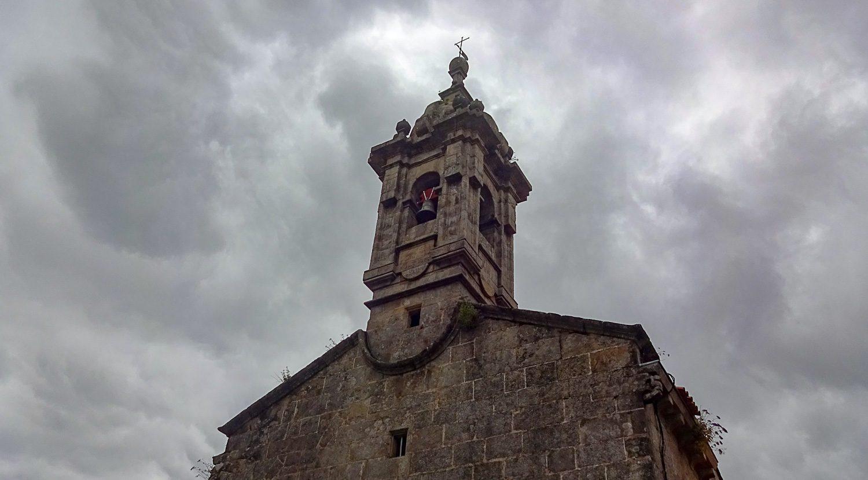 Церковь на фоне хмурого неба
