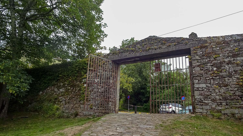 Старые ворота и стена