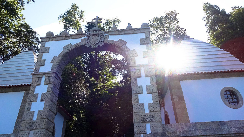 Ворота у подножья горы, ведущей к Bom Jesus do Monte