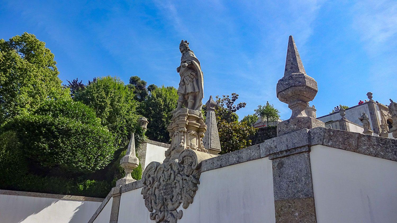 Лестничные пролеты украшены скульптурами