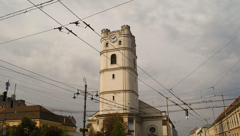 Башня на фоне хмурого неба