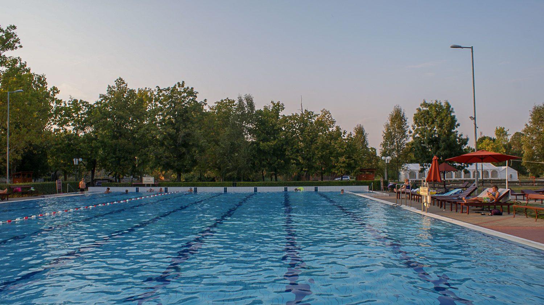 Открытый бассейн с обычной водой
