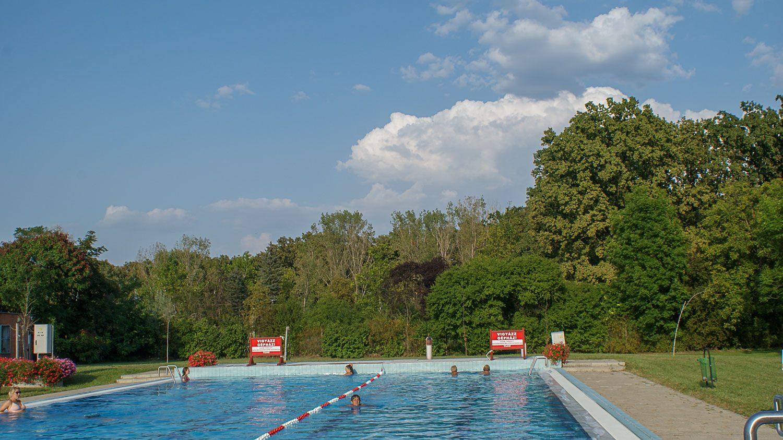 Большой бассейн с обычной водой