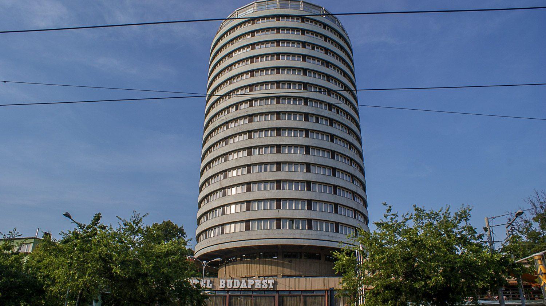 """Отель """"Будапешт"""" напротив остановки"""
