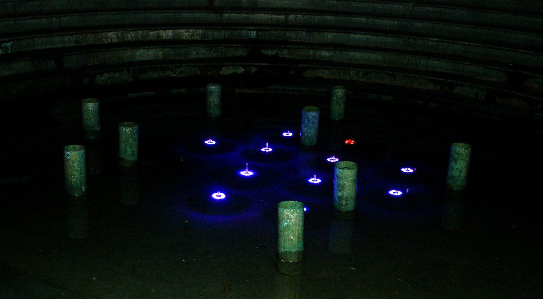 А в темноте полюбоваться цветным фонтаном