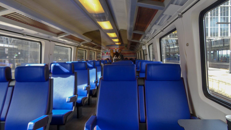Поезд из аэропорта в Амстердам