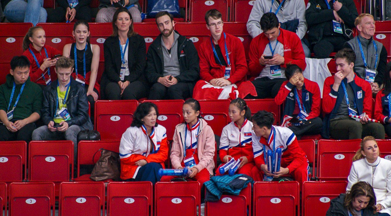 Команда Северной Кореи болеет за своего спортсмена