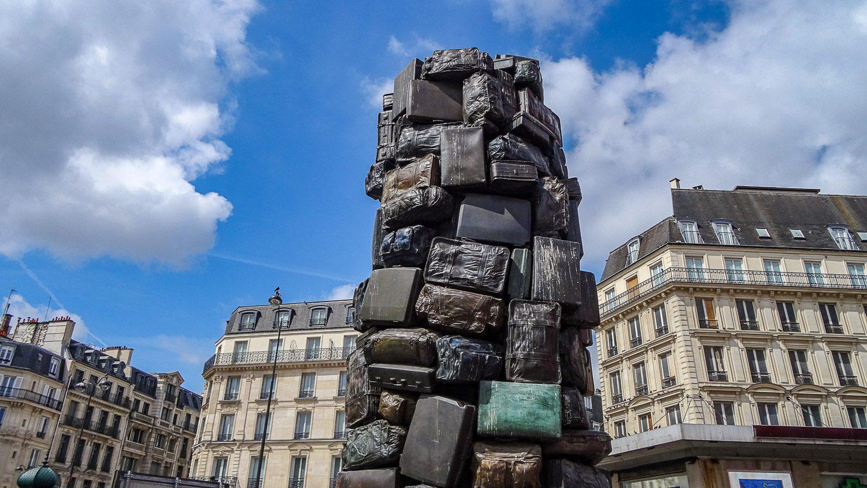 Забавный монумент напротив вокзала Saint Lazare