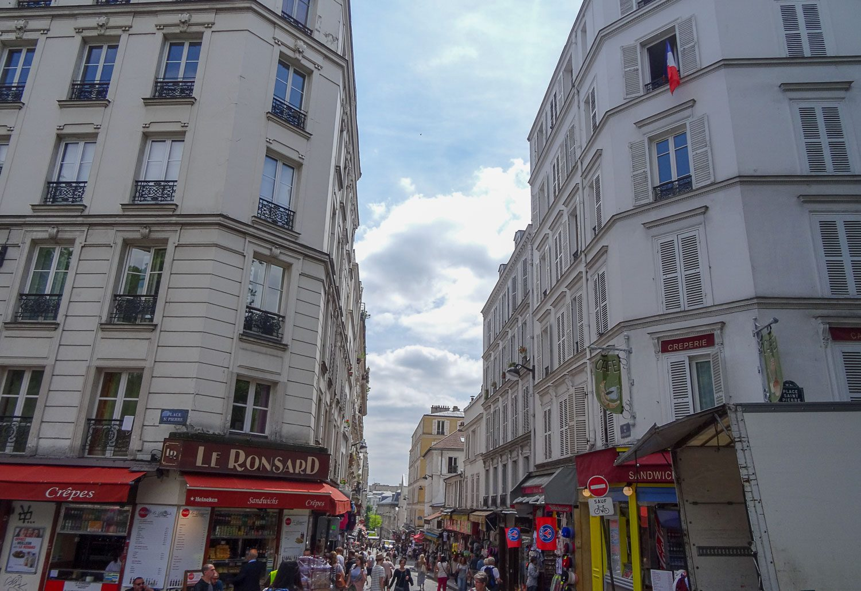 Шумный и многолюдный Монмартр