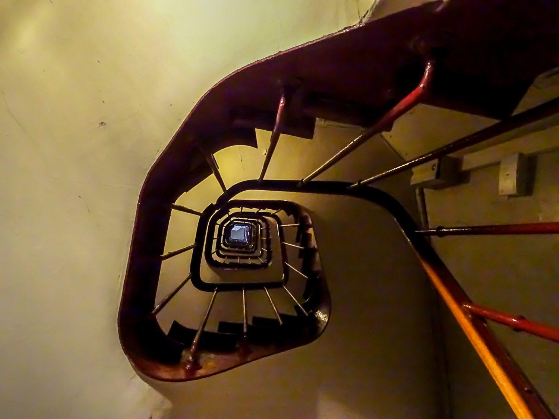 Лифта нет, на восьмой этаж мы поднимались по этой лестнице