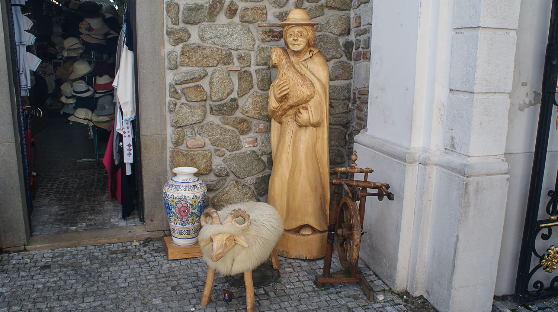 На входе - сувенирный магазин
