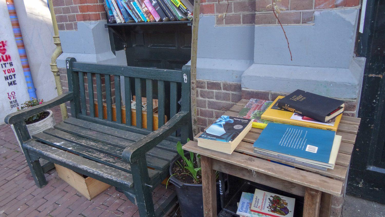 И мини-библиотека!