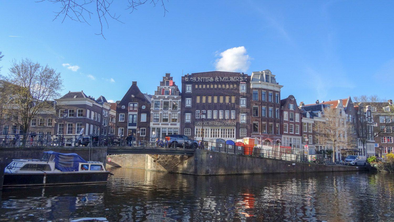 Мост и типичные домики в центре