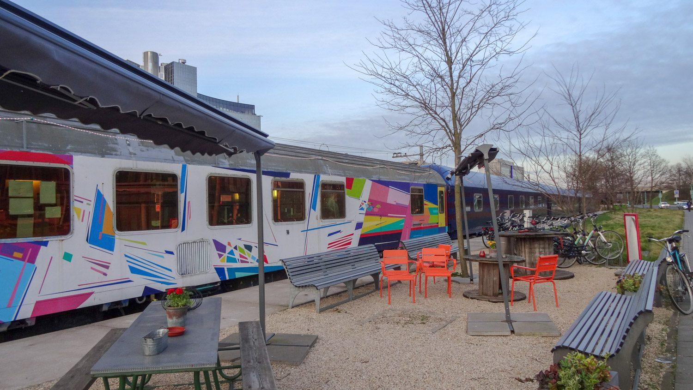 Старые вагоны превратили в кафе
