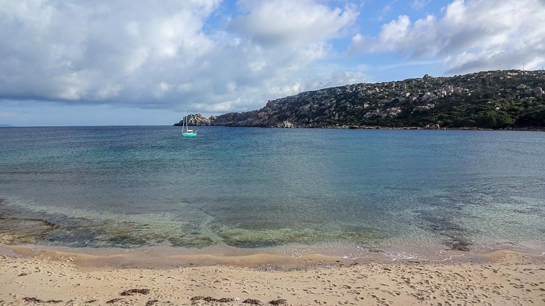 Издалека кажется, что пляж чудесный
