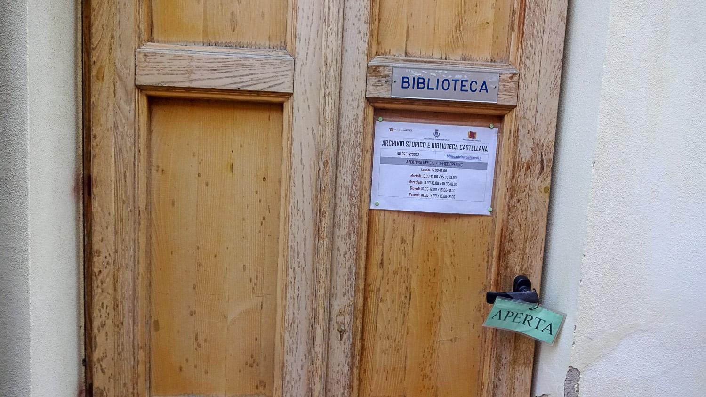 В городке даже есть своя библиотека