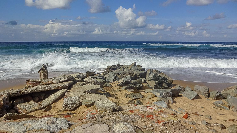 Волны бьются о камни