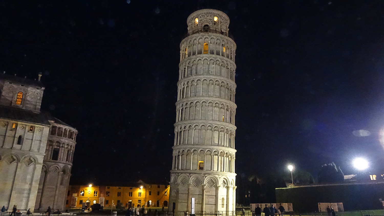 Сначала башня была наклонена на север, теперь - на юг