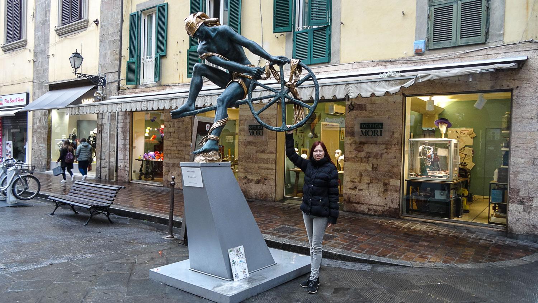 Со скульптурой Ulysses (она же Odysseus)