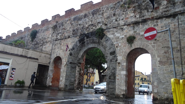 Старые-старые стены