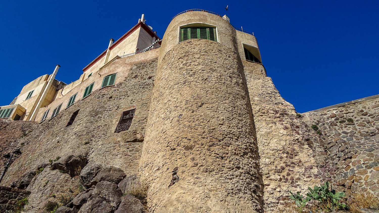 Замок находится на вершине скалы