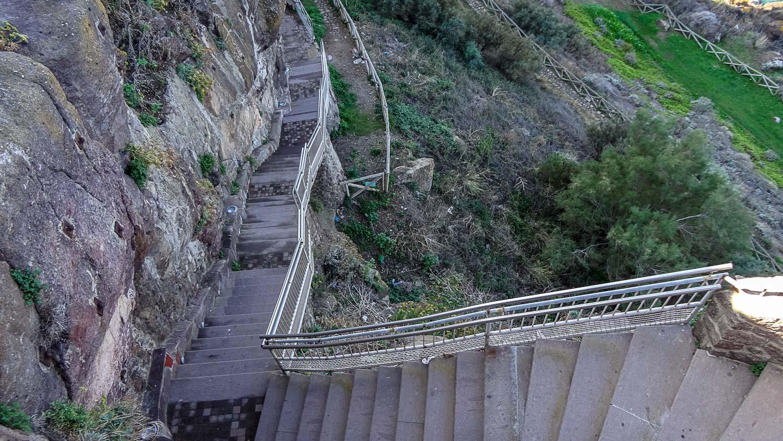 Вниз ведут длинные-длинные лестницы