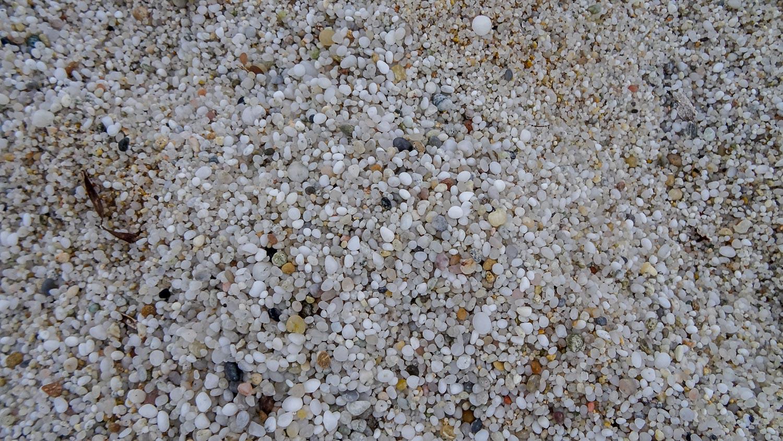 Из-за необычной формы песка этот пляж еще называют рисовым