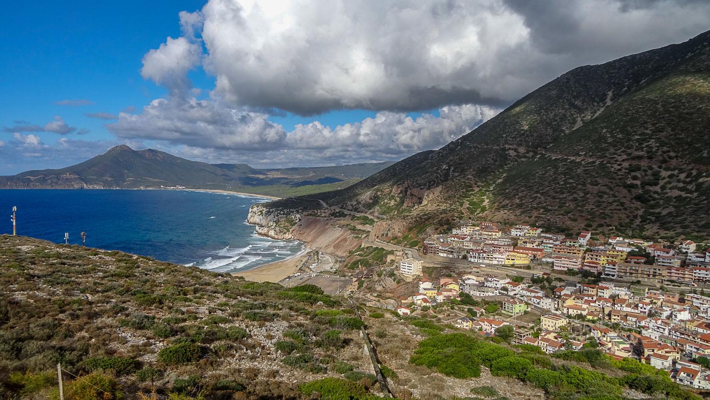 Шикарный вид на пляж, горы и городок