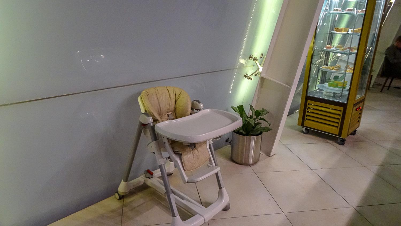 И детский стульчик есть