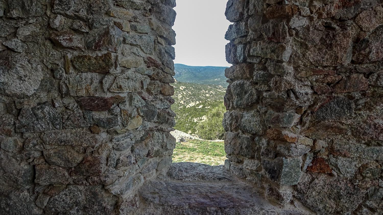 Вид из через старую стену