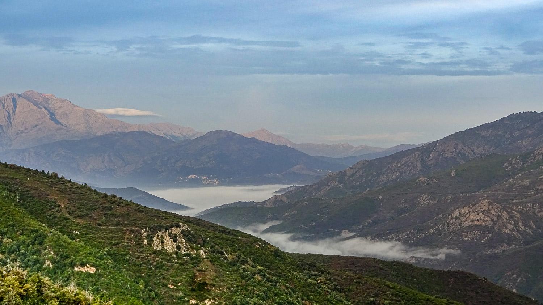 В горах еще туман, а мы отправляемся в путь