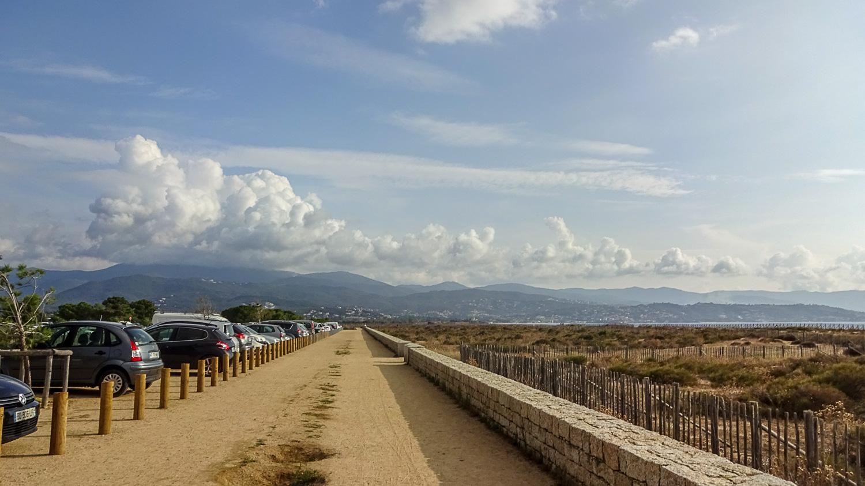 Длинная парковка вдоль пляжа