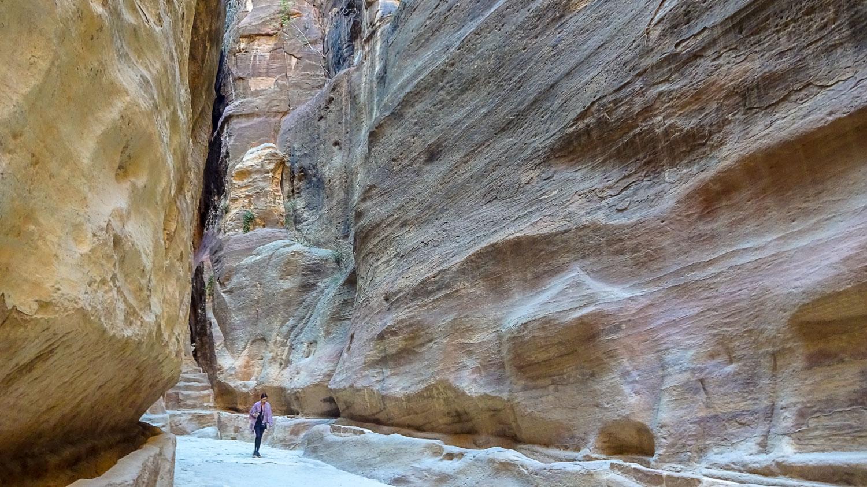 Малюсенькая я на фоне гигантских скал