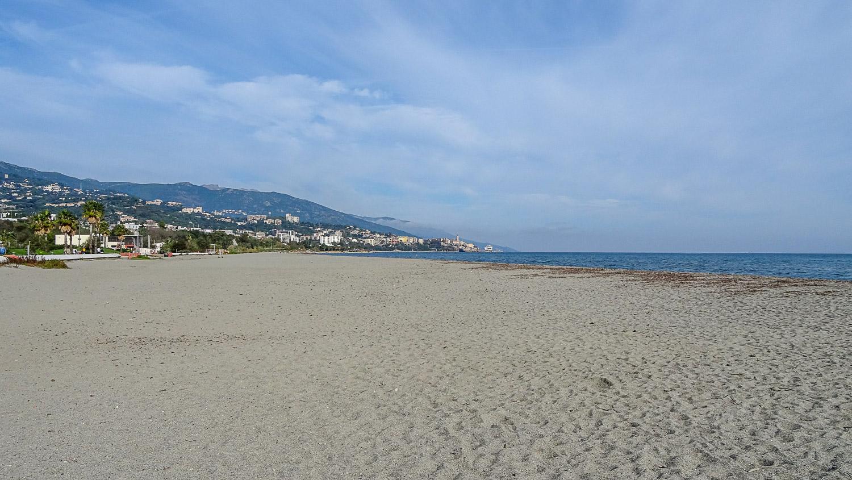 Широченная полоса песка