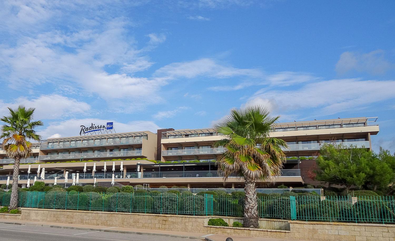 Отель напротив