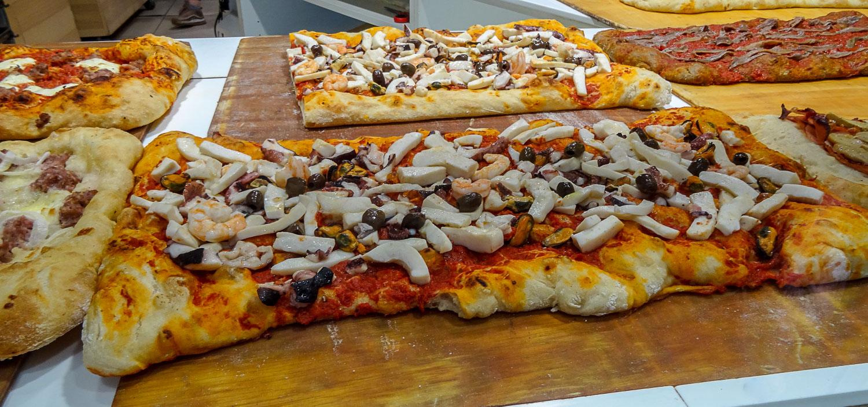 Пицца с огромными кусками грибов