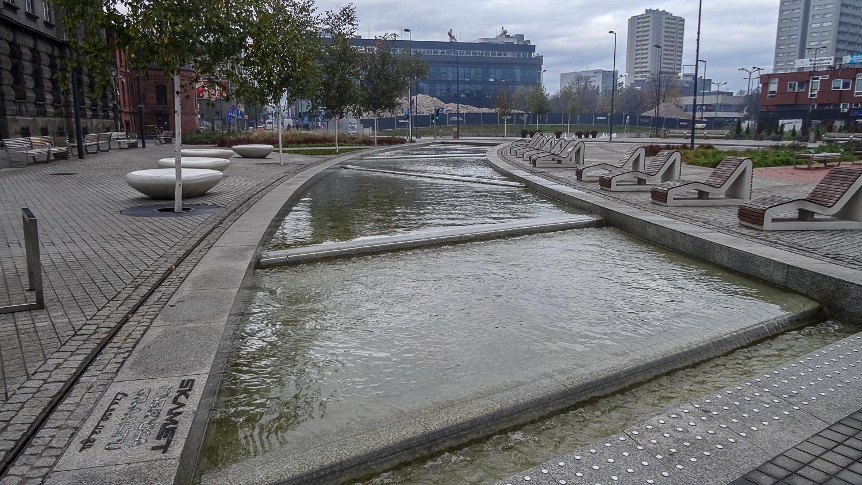"""Оригинальное оформление площади: """"ленивая река"""""""