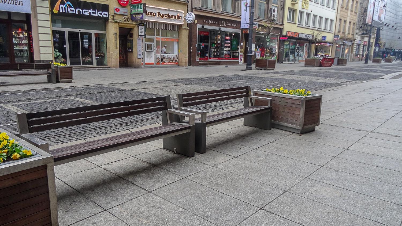 Большие скамейки на тротуаре