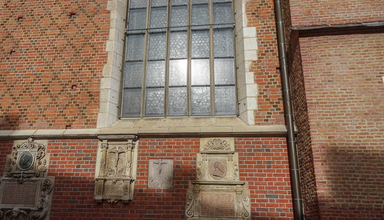 Орнамент из кирпича разных оттенков