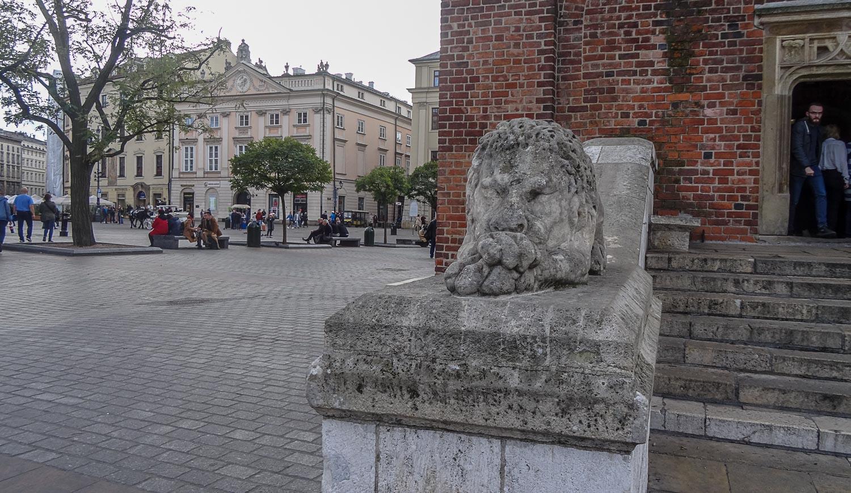 Лев у входа в ратушу